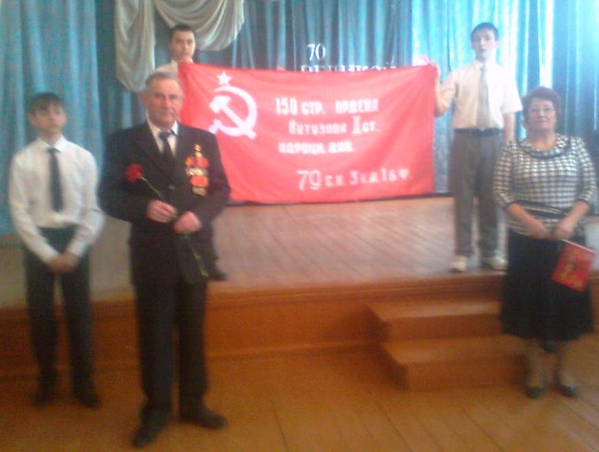 Коммунист Лукавенко вручил копию Знамени Победы ершовским школьникам