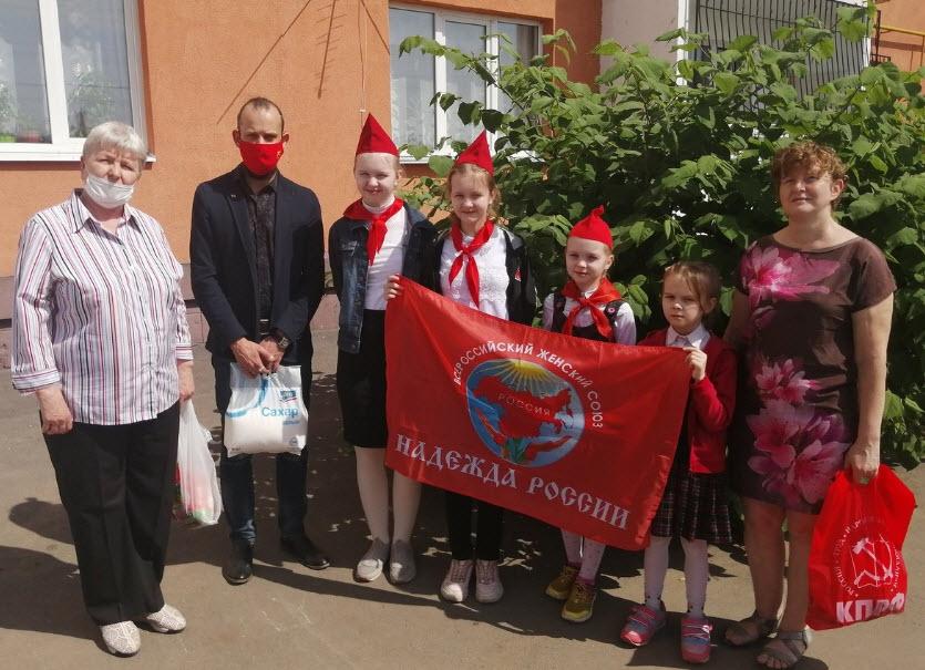 Энгельс. Коммунисты поздравили многодетные семьи с Днём защиты детей