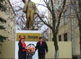 Красноармейск. Цветы к памятнику В.И. Ленину и Памятнику борцам революции