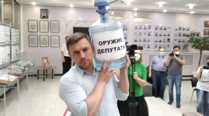 В Саратове депутат пришел на заседание облдумы «вооруженным»