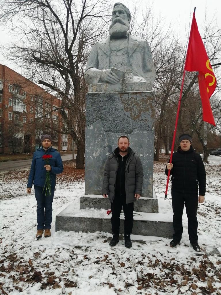 Энгельсские коммунисты возложили цветы к памятнику Ф. Энгельсу