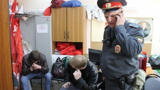 В Саратове поймали злоумышленников, срывающих украшения ко Дню Победы