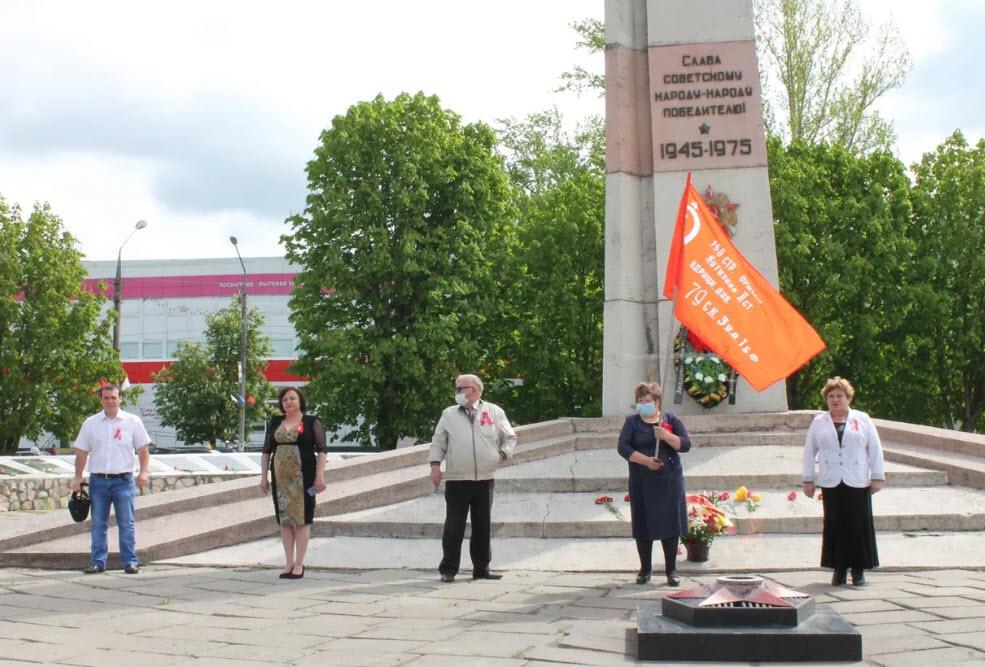 Петровские коммунисты возложили венок и цветы к памятнику В.И. ЛЕНИНУ и к обелиску «Петровчанам-участникам ВОВ1941-1945г. г.»