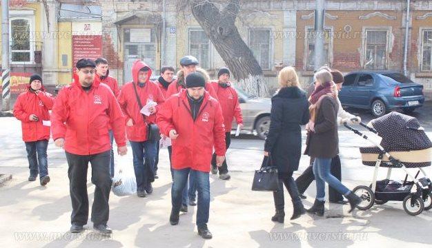 Саратовские коммунисты устроили раздачу листовок в трамваях