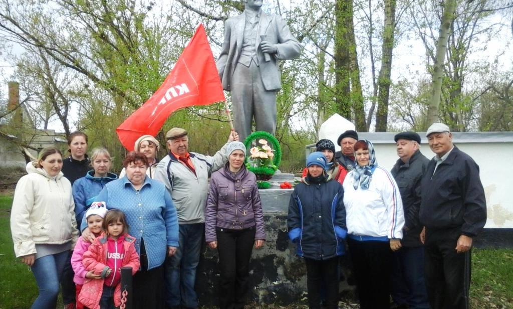 Святославка. К памятнику В.И.Ленина были возложены цветы