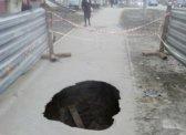 В Саратове уже месяц не заделывают провалившийся тротуар