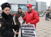 Саратовский депутат вышел на одиночный пикет с карикатурой на Медведева и Путина