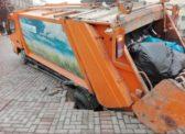 На проспекте у консевартории мусоровоз ушел под землю