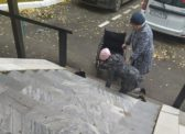 «Я уже привыкла»: в райцентре Саратовской области женщина ползла на коленях по ступенькам больницы до инвалидного кресла
