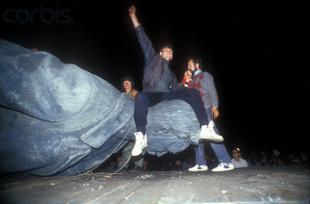 «Дело о вандализме». Депутаты-коммунисты потребовали от генпрокуратуры дать правовую оценку сноса памятника Феликсу Дзержинскому в августе 1991 года