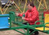 Саратовские комсомольцы приводят в порядок детскую площадку в Жасминке