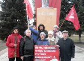 Пугачёвские коммунисты провели  серию одиночных пикетов и возложили цветы к памятнику В.И. Ленину