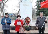 Новоузенские коммунисты возложили цветы к памятнику В.И.Ленину