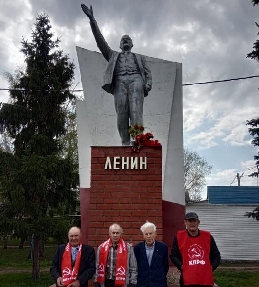 В Романовском районе коммунисты возложили цветы к памятнику Ленина