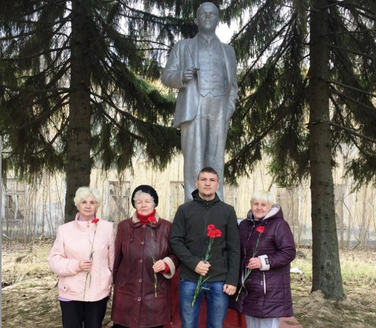 Балашовские коммунисты возложили цветы к памятникам В.И. Ленину к 150 годовщине рождения вождя мирового пролетариата