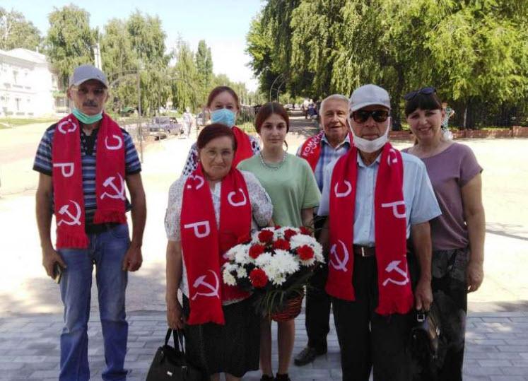 Коммунисты Базарно-Карабулакского РК КПРФ возложили цветы к подножию памятника погибшим воинам