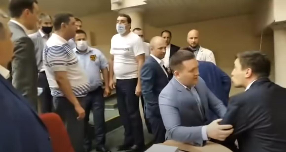 В Саратовской областной думе совершено двойное нападение на депутатов фракции КПРФ