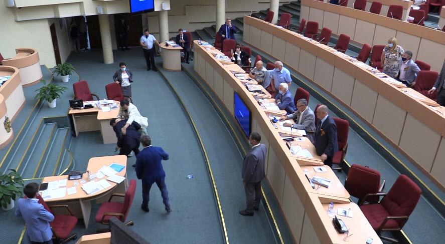 Нападение на Бондаренко. Как проходило скандальное заседание Саратовской областной думы