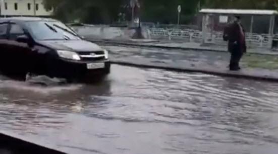 Отремонтированная в Саратове дорога без ливневок после дождя превратилась в «бассейн»