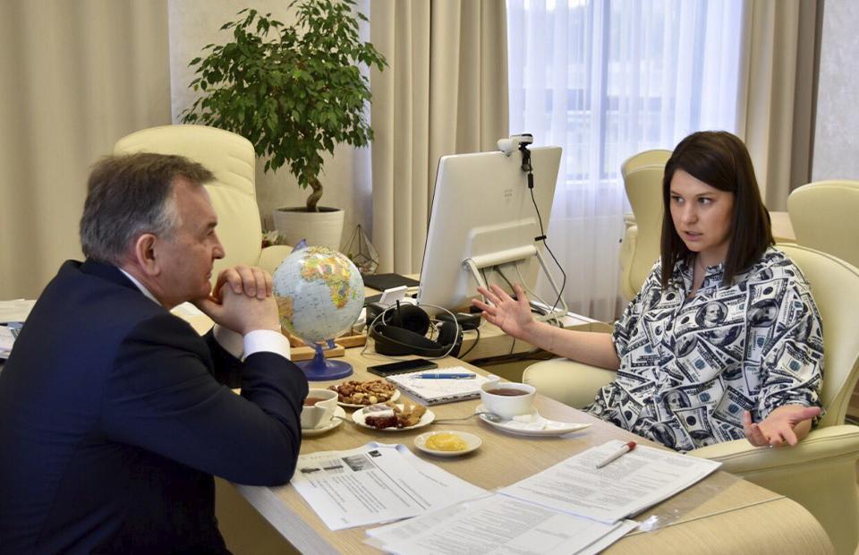Костюм из долларовых купюр: чиновница из Татарстана привлекла внимание Сети