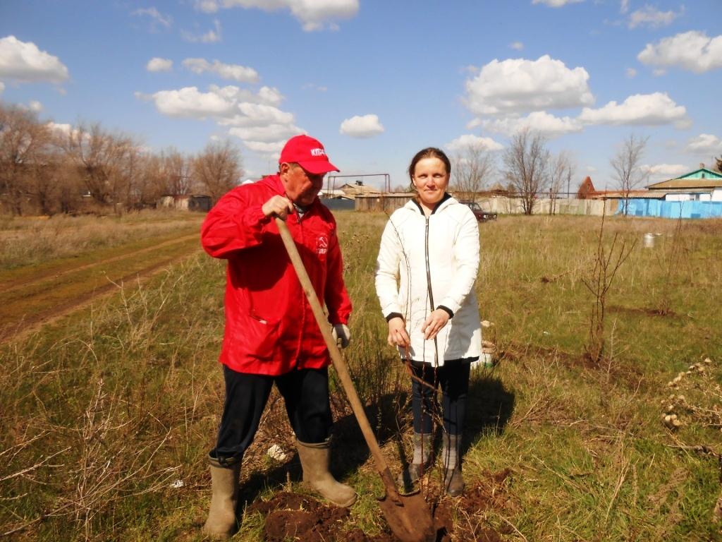 Коммунисты Саратовской области продолжают акцию «Сад памяти – сад жизни»