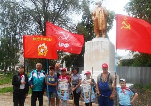 6 июня, в День Русского языка, пионеры города Балаково провели субботник у памятника В.И.Ленина