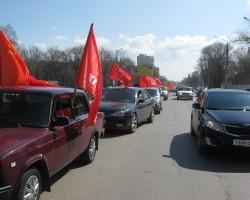 Автопробег в Энгельсе под красными флагами