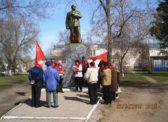 Базарный Карабулак. Цветы к памятника В.И.Ленину