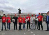Саратов: коммунисты и комсомольцы раздают газету «Коммунист» горожанам