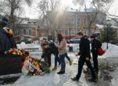 Саратовские коммунисты возложили цветы в память о погибших в Кемерово