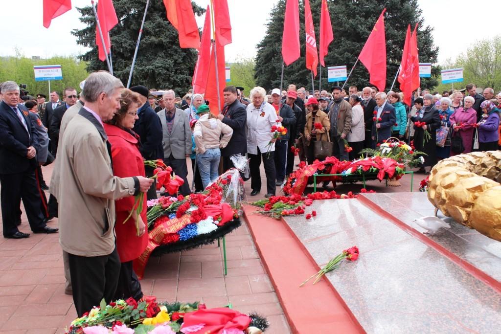 Возложения венков на Воскресенском мемориальном кладбище