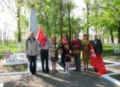 Светлый. Цветы к братской могиле советских воинов