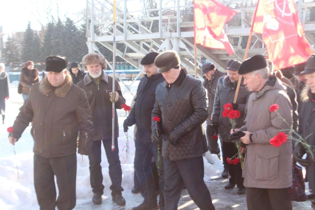 Саратовские коммунисты возложили цветы к памятнику В.И.Ленина