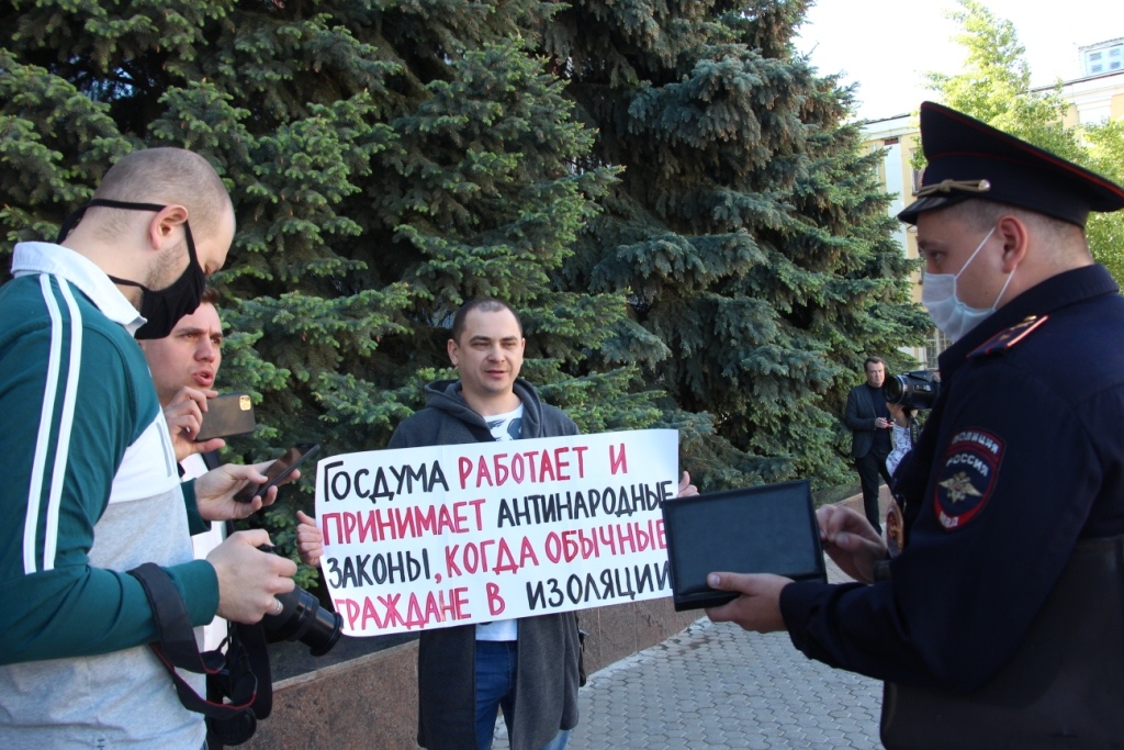 Уволенный работник саратовского общепита вышел в пикет против продолжения работы Госдумы