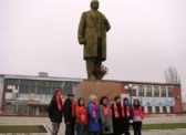 ЗАТО Светлый.  Цветы к памятнику В.И.Ленина
