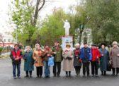 Вольск. Цветы к памятнику В.И. Ленину и могилам красногвардейцев