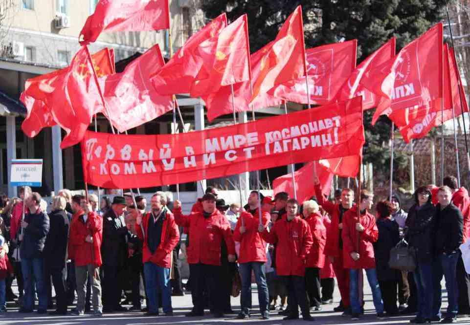 Первый в мире космонавт — коммунист Гагарин!