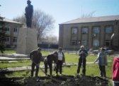 Ольга Алимова помогла привести в порядок сквер у памятника В.И.Ленину в Питерке