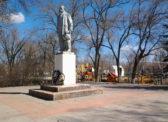 Новоузенск. К подножью памятнику В.И.Ленину были возложены корзины с цветами