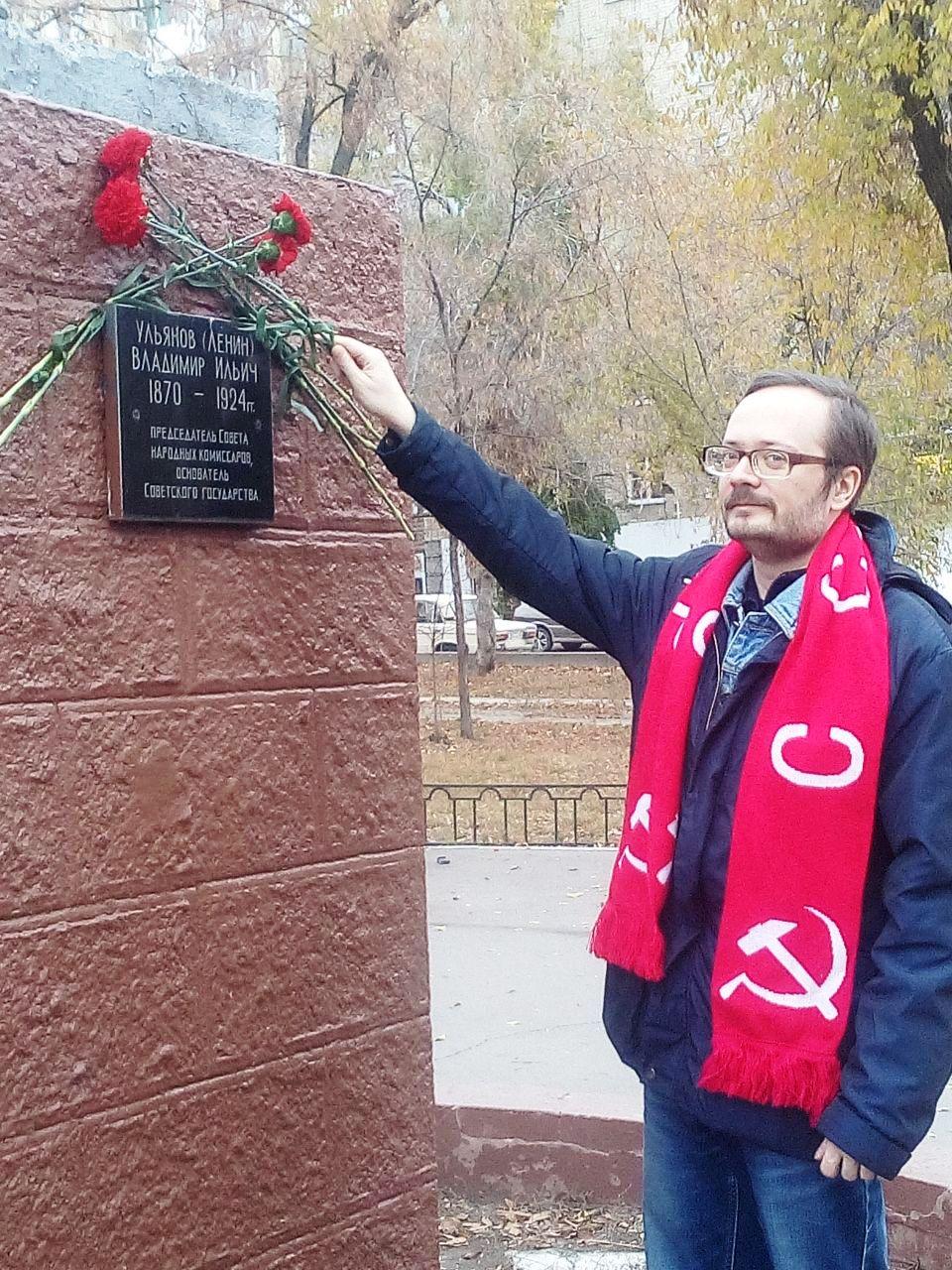 Коммунисты Заводского (Сталинского) РК КПРФ возложили цветы к памятникам В.И. Ленину