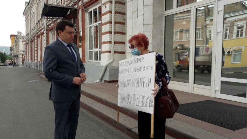 «Стыдно, что у нас такие руководители»: обманутая дольщица пикетировала областное правительство