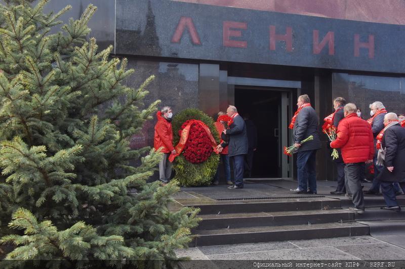 Коммунисты возложили цветы к мавзолею Ленина, соблюдая социальное дистанцирование