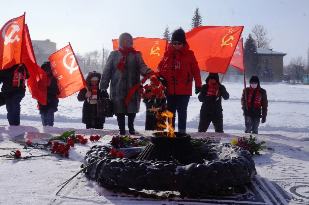 Коммунисты Ершовского РК КПРФ возложили венки к вечному огню