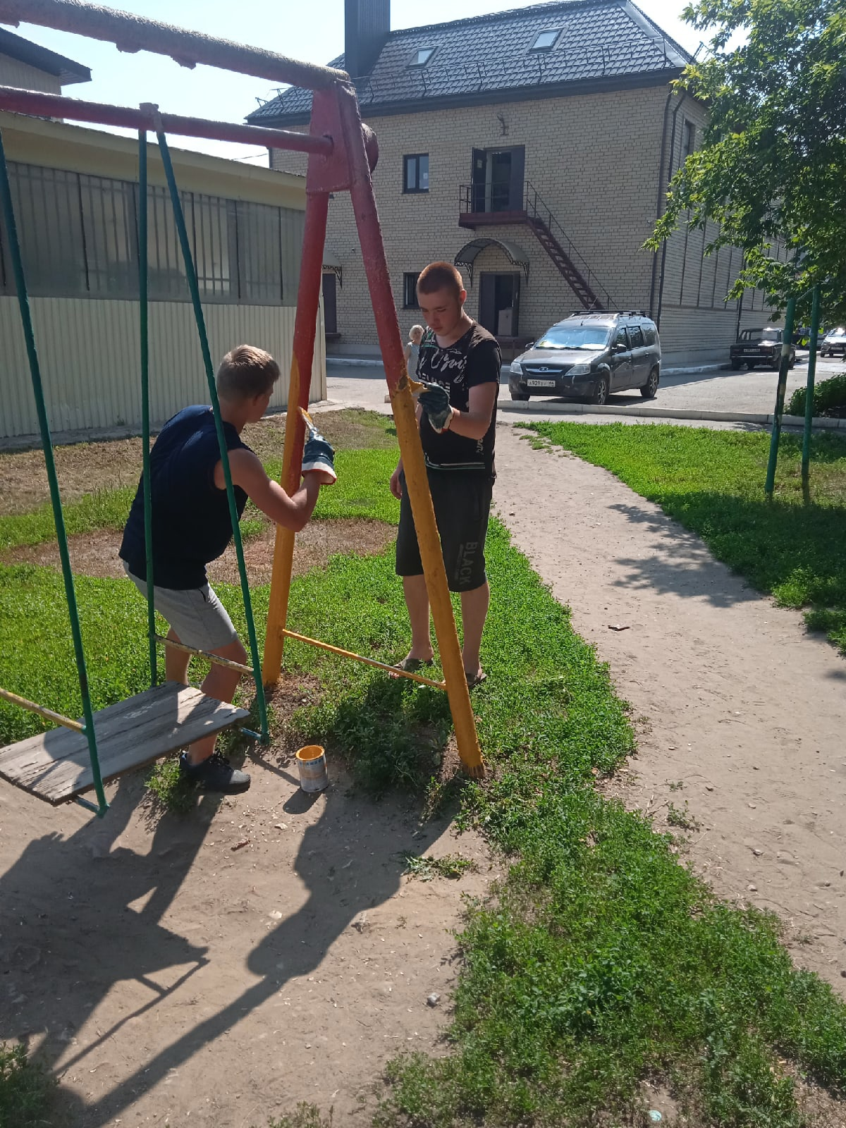 Комсомольцы посёлка Степное помогли покрасить двор