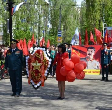 Балаковские коммунисты приняли участие в торжественном шествии и возложении цветов к Вечному огню