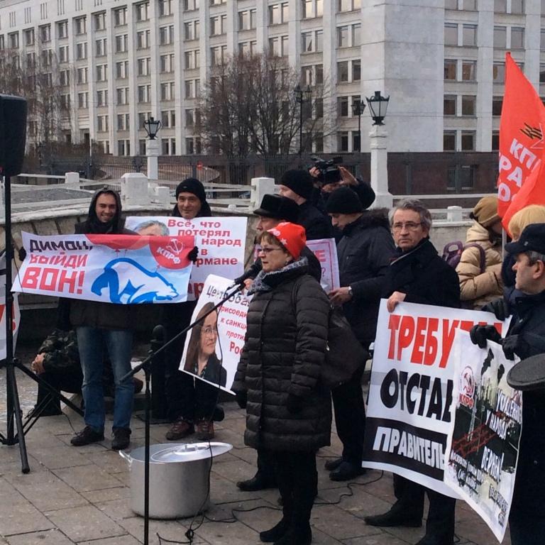 «Пилите, Дима, пилите…». Москвичи на встрече с депутатами-коммунистами потребовали отставки российского правительства