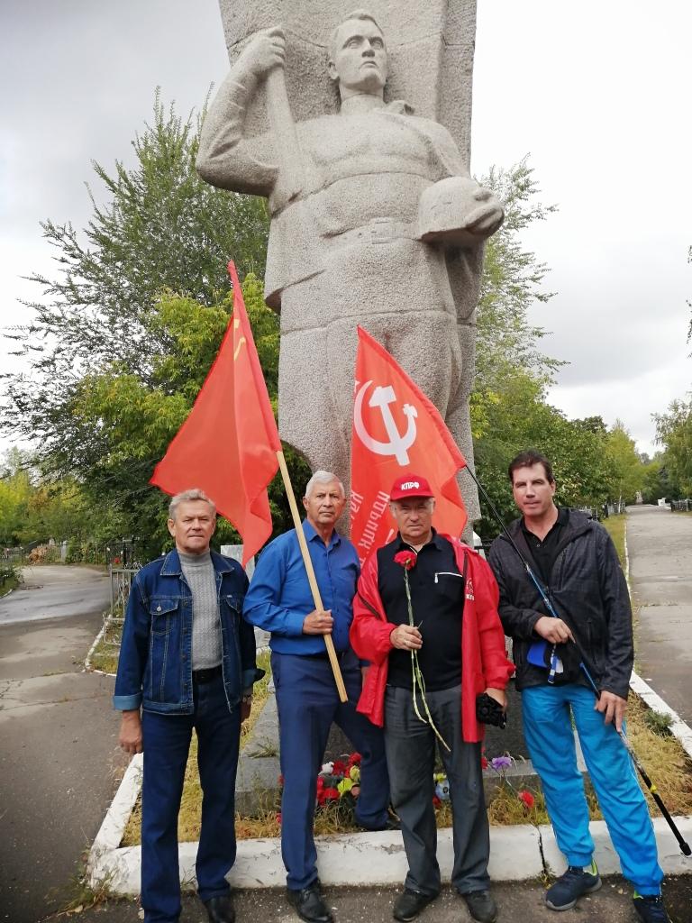 Саратовские коммунисты возложили цветы к мемориалу павшим воинам