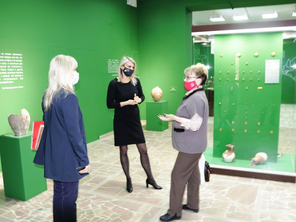 Ольга Алимова вручила почётную грамоту коллективу Энгельсского краеведческого музея