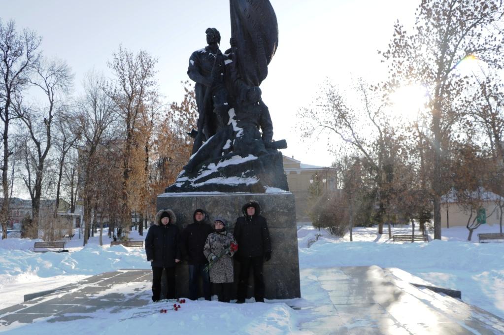 Саратовские коммунисты отметили 103-ю годовщину образования Советской Армии и Военно-Морского флота