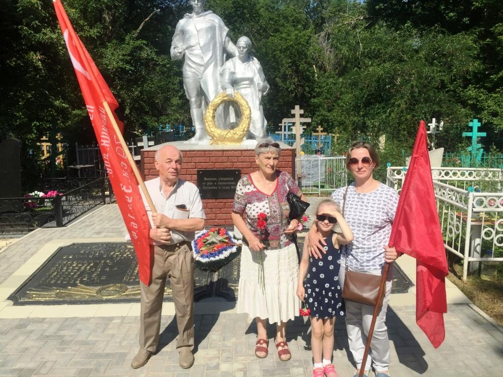 Никто не забыт. 22 июня пугачёвские коммунисты возложили цветы к памятнику павшим воинам